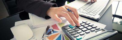 mano che digita numeri su una calcolatrice